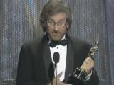 Стивен Спилберг получает Оскар за лучшую режиссуру фильма